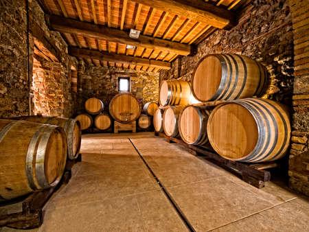 cave: tonneaux de vin de ch�ne empil�s dans une cave vinicole