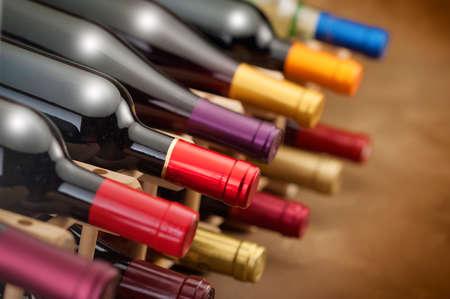Wijnflessen gestapeld in een rek met kleurige folie nekken Stockfoto - 24595591