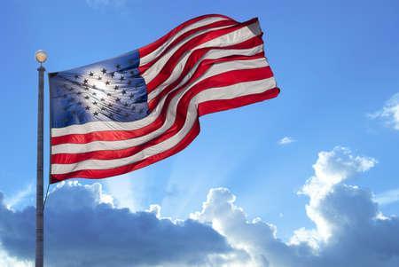 julio: Bandera de Estados Unidos ondeando en el viento Foto de archivo