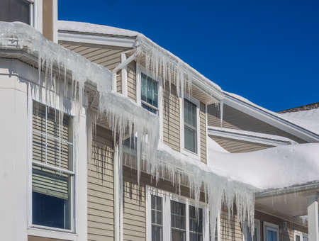 Ice dams and snow on roof and gutters Stockfoto