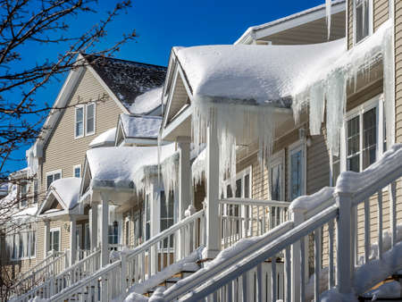 Ice dams and snow on roof and gutters Standard-Bild