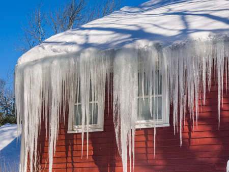 Ice dams and snow on roof and gutters 스톡 콘텐츠