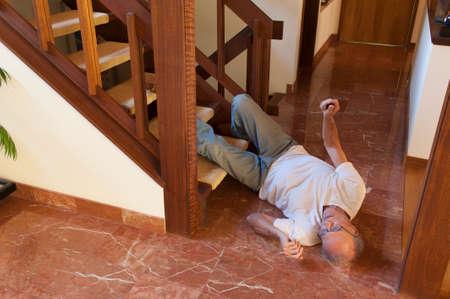 persona mayor: Hombre mayor que se cayó por las escaleras