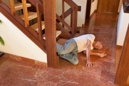 Senior man viel van de trap Stockfoto - 59199501