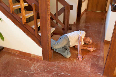 Senior man viel van de trap