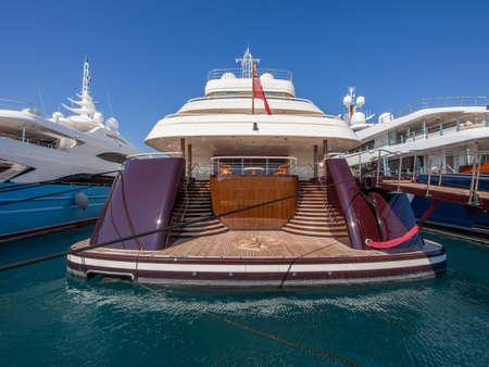 millonario: Vista trasera del super yate en Antibes, Francia Foto de archivo