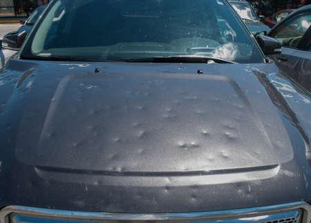 Granizo dano a um carro durante uma grande tempestade Foto de archivo - 81425549