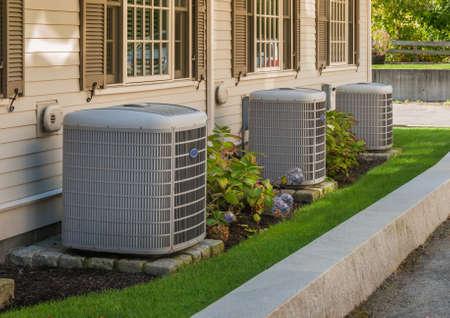Inverter per riscaldamento e condizionamento dell'aria utilizzato per riscaldare e raffreddare condomini Archivio Fotografico - 88132368