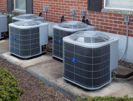 Hoogrenderende moderne AC-heater inverter units, energiebesparende oplossing-horizontaal, buiten een appartementencomplex