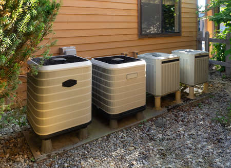 Unités de climatisation à l'extérieur d'un complexe d'appartements