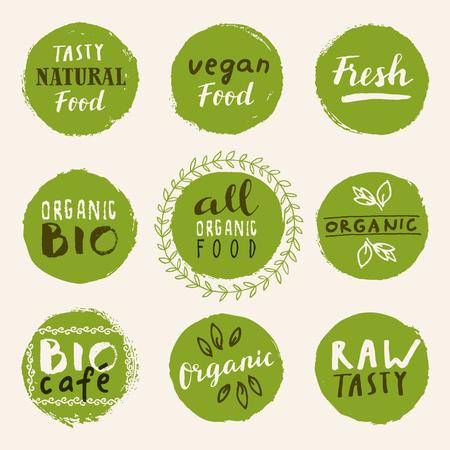 Retro-Set aus 100% Bio-, Bio-, glutenfreien, umweltfreundlichen und gesunden Lebensmitteletiketten. Handgezeichnete Logo-Vorlagen mit Blumen- und Vintage-Elementen für Restaurantmenü oder Lebensmittelpaket. Vektorabzeichen im Hipster-Stil Logo