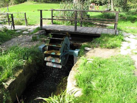 molino de agua: Molino de agua con espátula de madera Foto de archivo