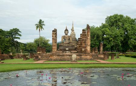 ruïnes in het historische park in Sukhothai