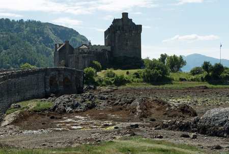 Eilean Donan Castle is a lowland castle near Dornie, a small village in Scotland. The name itself means Donans Island and refers to St. Donnán of Eigg, a Celtic martyr from the 6th century. Stockfoto