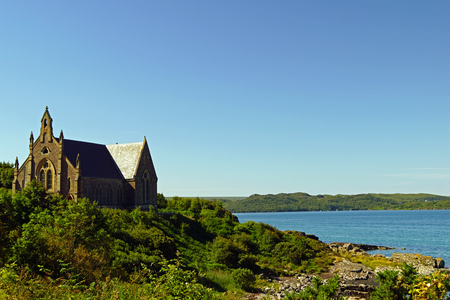 Church on the shore of a lake in Scotland Stockfoto