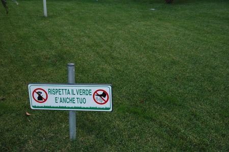 waste paper: c�sped de hierba con un signo de mantener fuera de la hierba y no tirar los residuos papel
