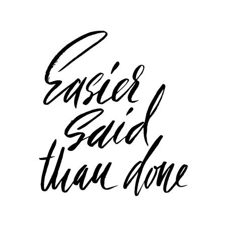 Es más fácil decirlo que hacerlo. Dibujado a mano letras proverbio. Diseño de la tipografía del vector Inscripción manuscrita.