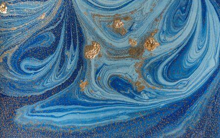 Marmeren blauwe en gouden abstracte achtergrond. Vloeibaar marmerpatroon Stockfoto