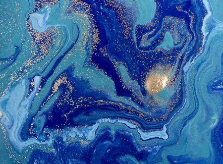 Marmer blauwe abstracte achtergrond met gouden pailletten. Vloeibaar marmer inktpatroon.