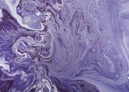 Marbled pale purple abstract background with golden sequins. Liquid marble ink pattern. Standard-Bild
