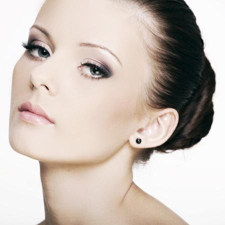 schöne augen: schöne Gesicht einer Frau mit perfekter Haut und schönen Augen auf weißem Hintergrund