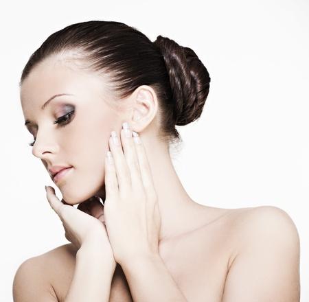 cuerpo femenino perfecto: bello rostro de una mujer con la piel perfecta en un fondo blanco