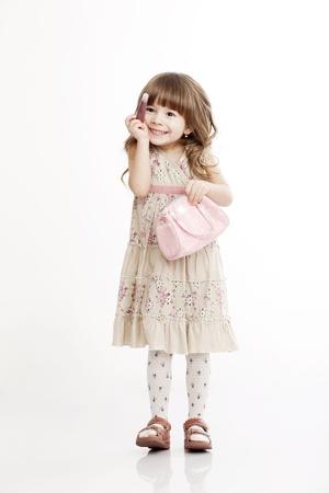 niños actuando: Retrato de una niña alegre, con una bolsa Foto de archivo