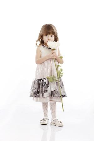 niños actuando: Verano sonriente, retrato de una niña jugando con una flor