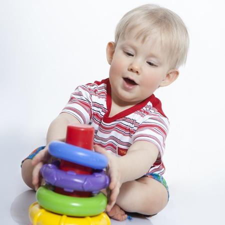 Porträt von freudig schönen kleinen Jungen isoliert auf weißem Hintergrund