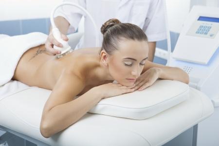 dermatologo: procedura di massaggio di vuoto nel centro estetico medico