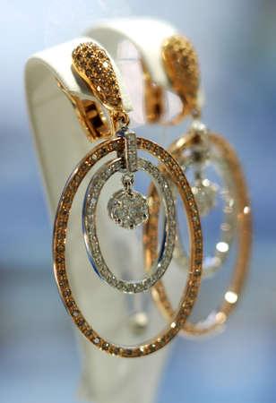 aretes: Las joyas de oro con diamantes caro Foto de archivo