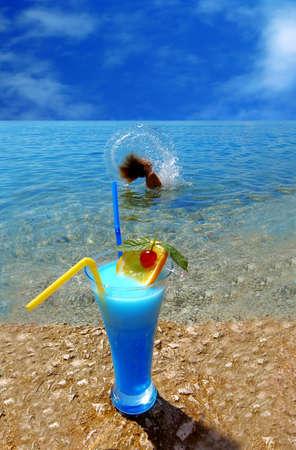 cocktail de fruits: Beautiful cocktail de fruits � la plage ensoleill�e  Banque d'images