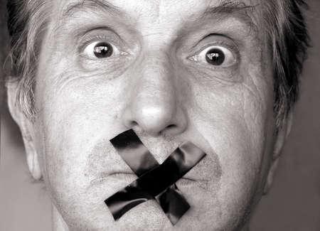 mouth closed: censura! dejar de hablar! hombre con cinta adhesiva sobre su boca. tono sepia
