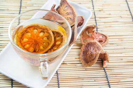 membrillo: bebida caliente secada del bael jugo de membrillo Foto de archivo