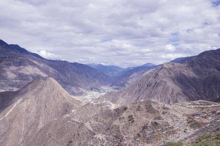 Paisaje del día nublado de la montaña de la roca en Shangri La, provincia de Yunnan, China Foto de archivo - 79009867