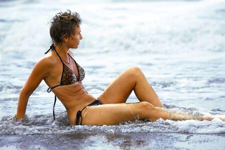 flat stomach: Mujer adulta en la playa Foto de archivo