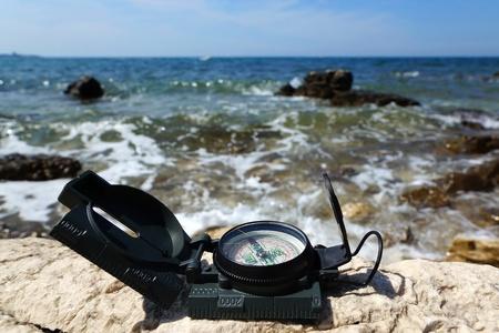 concept de vacances de destination avec boussole sur mer