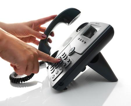 여성의 손을 집어 헤드셋과 전화 번호를 전화 걸기