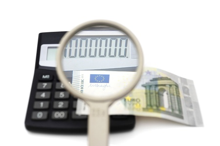apalancamiento: concepto de fraude contable con el dinero, calculadora, lupa Foto de archivo