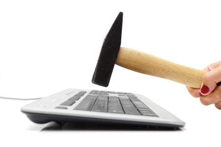 virus informatico: Smashing teclado con un martillo