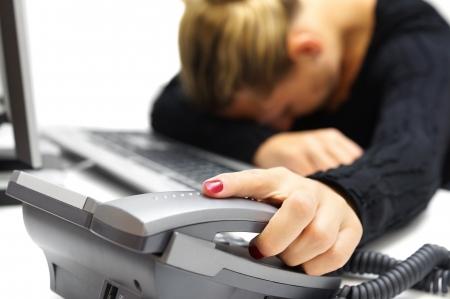Slaap call center operator op het werk Stockfoto