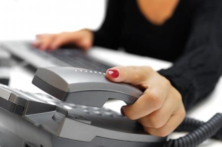 recepcionista: operador de llamada está recogiendo teléfono Foto de archivo