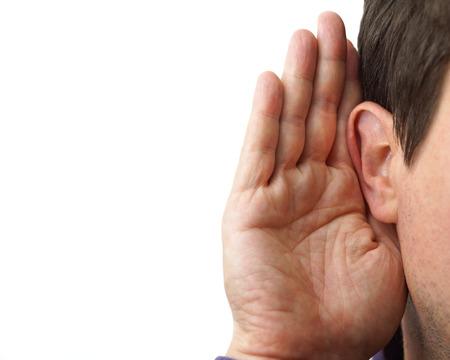 Geschäftsmann hält seine Hand in der Nähe sein Ohr und Hören Standard-Bild - 25680752