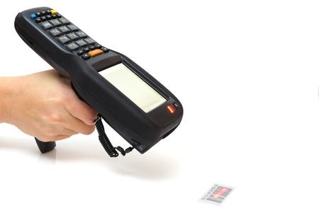 inventario: asimiento de la mujer de barras escáner de código y escanea con láser