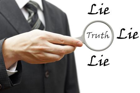 perseverar: la verdad y la mentira concepto con el empresario la celebraci�n de lupa