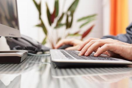 iletişim: Adam klavyede yazarak ve fare kullanarak Stok Fotoğraf