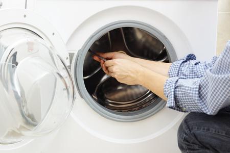 mantenimiento: manitas reparaci�n de una lavadora Foto de archivo