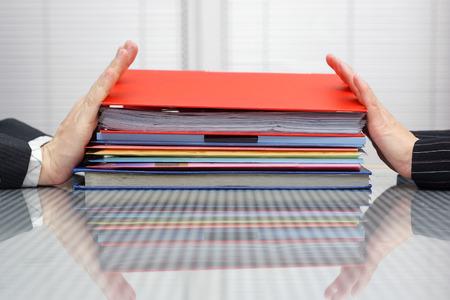 Posponer el trabajo concepto Hombre y mujer están empujando los archivos y carpetas entre sí Foto de archivo - 26981514