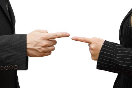 l'homme et la femme pointant un contre l'autre