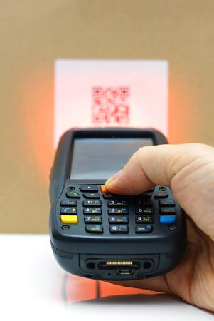Balayage QR étiquette de code sur le carton avec laser Banque d'images - 27295099